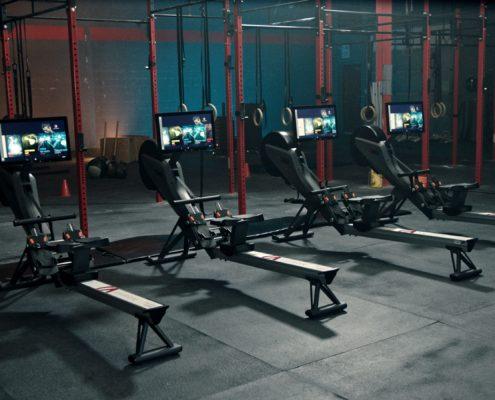 salle fitness avec rameurs interactifs aviron